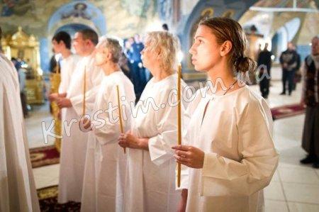 Обряд хрещення дорослої людини.