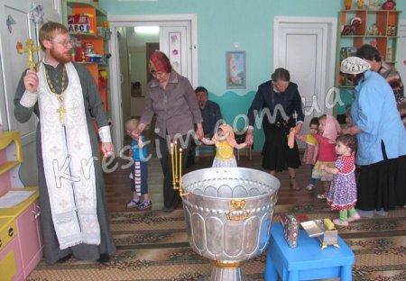 Хрещення хлопчиків поза храмом.